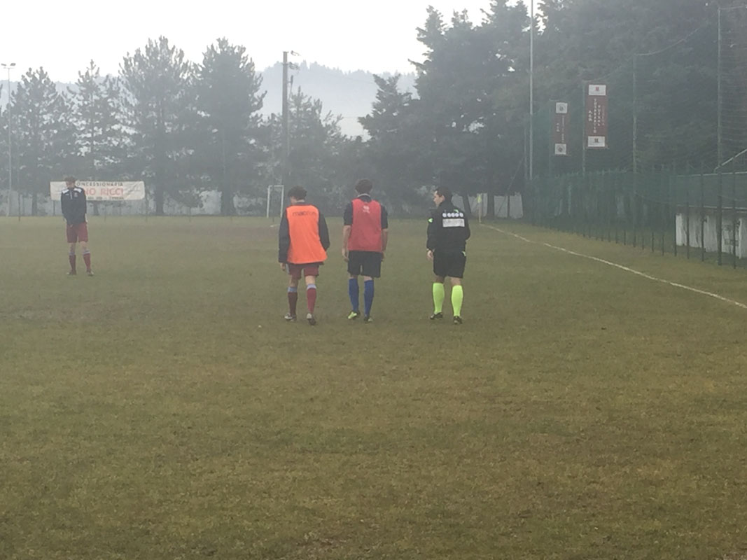 Prima della partita c'è stato un sopralluogo del campo da parte dell'arbitro e dei capitani: nonostante la pioggia battente durata per tutto il match il campo è rimasto praticabile e si è giocato regolarmente.